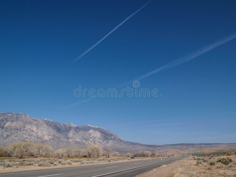 雪加盖了山,蓝天,沙漠风景 库存照片