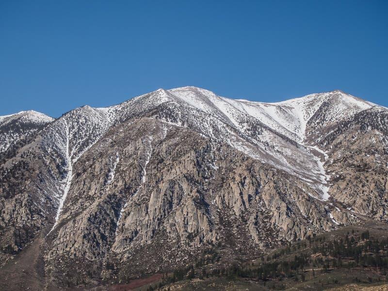 雪加盖了山,蓝天,沙漠风景 免版税库存图片