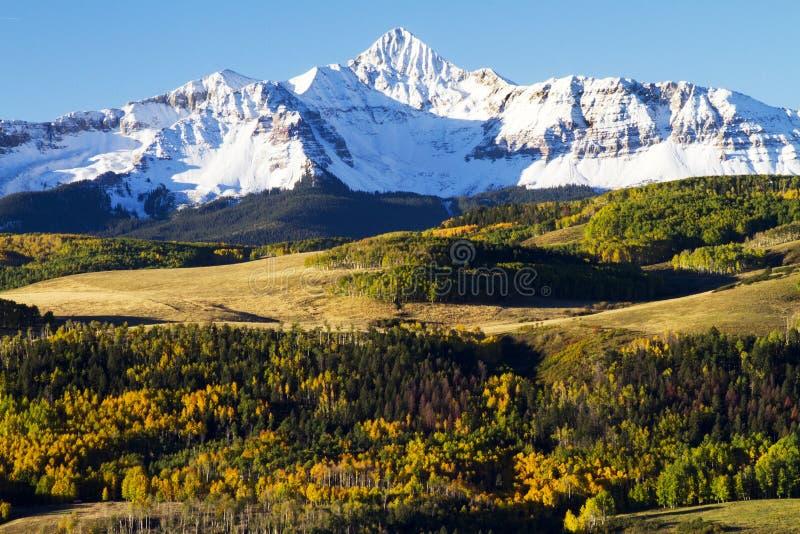 雪加盖的坚固性圣胡安山在秋天的科罗拉多 免版税图库摄影