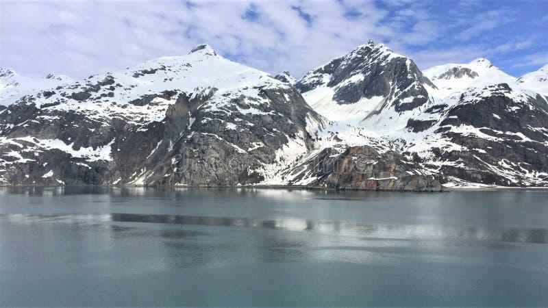 雪加盖的山冰河海湾阿拉斯加 免版税库存图片