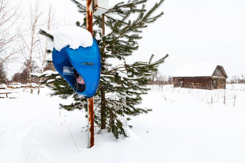 雪原的室外电话亭在村庄 库存图片