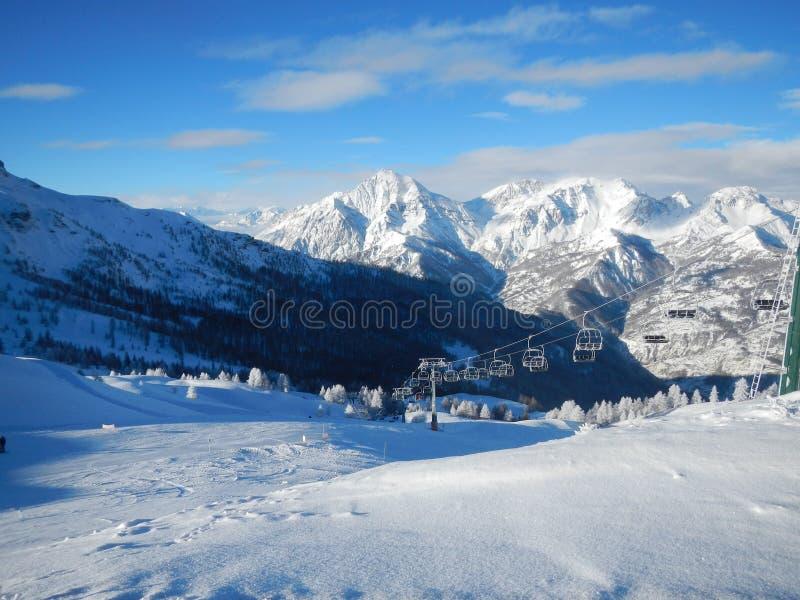 滑雪吊车在意大利阿尔卑斯 免版税库存照片