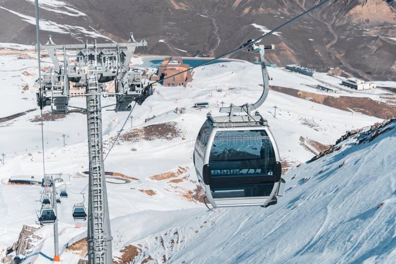 滑雪吊车durings明亮的冬日 库存图片