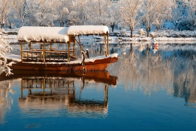 雪和小船 免版税库存图片