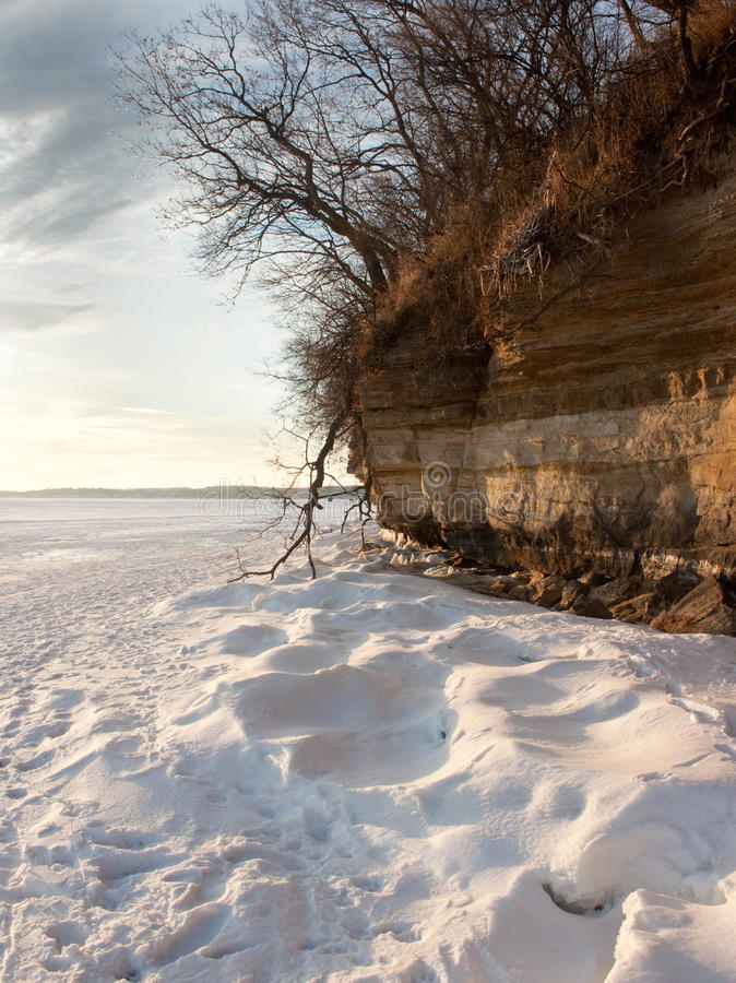 雪和峭壁 免版税库存照片