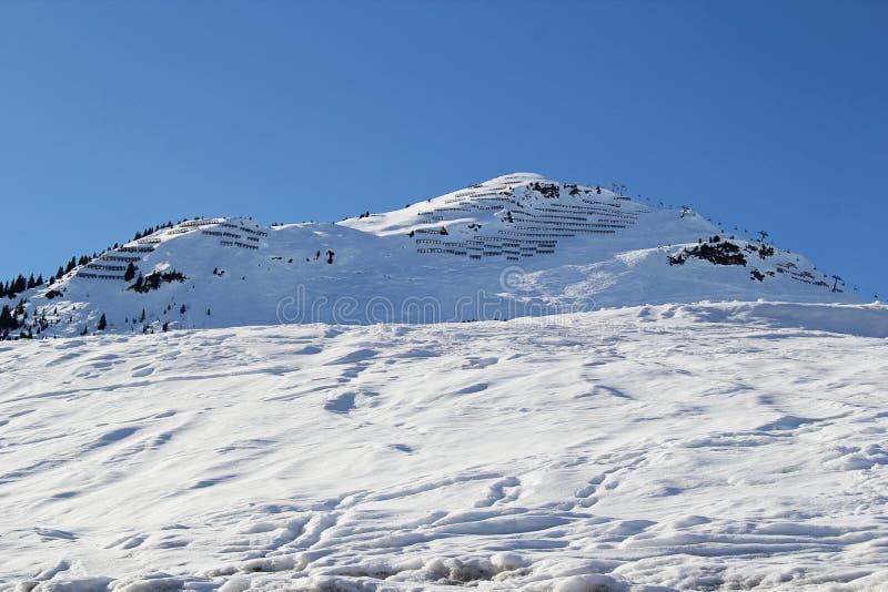 雪和斯诺伊山峰滑雪的与推力在莱赫,奥地利 库存图片