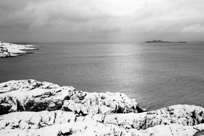 雪和海景在挪威 免版税库存照片