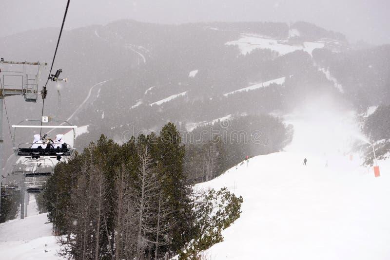 滑雪和雪板倾斜,缆绳椅子视图,飞雪,山场面风景 免版税库存照片