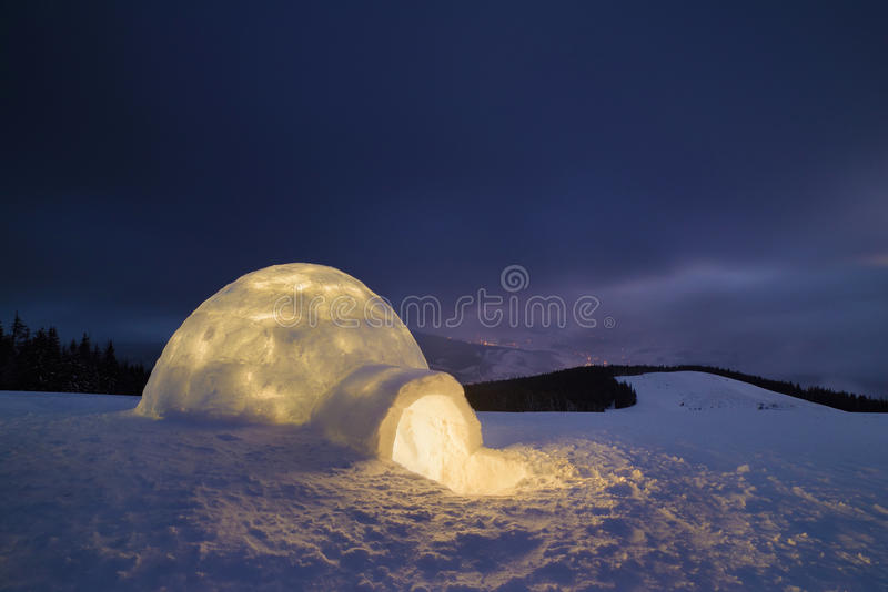 雪园屋顶的小屋在晚上