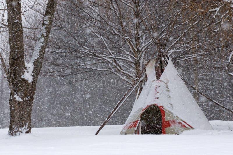 雪圆锥形帐蓬 库存图片