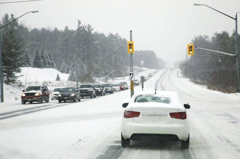 雪在城市 驾驶在严重天气原因 库存图片