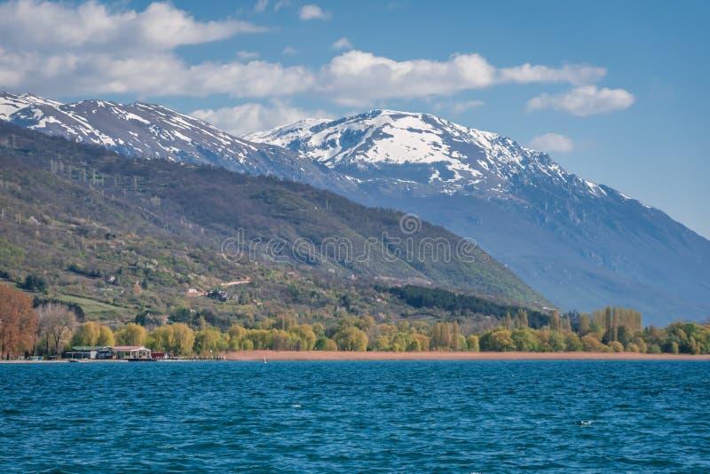 雪在奥赫里德湖附近加盖了峰顶 免版税库存图片