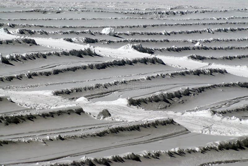 雪在山坡的漂泊样式 免版税库存图片