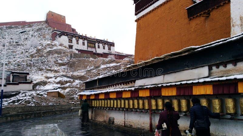 雪在江孜县修道院里 免版税库存图片