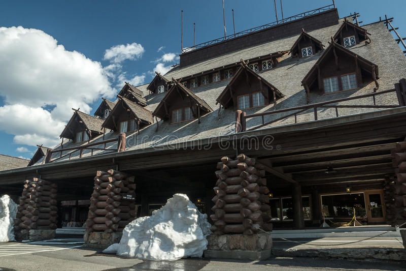雪在老忠实的旅馆保持 免版税库存图片