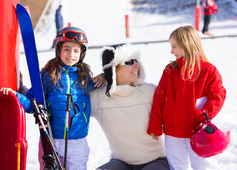 雪在滑雪轨道母亲和女儿的冬天家庭 免版税库存照片