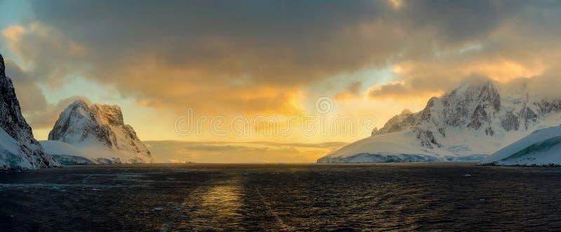 雪在Lemaire频道,南极洲的加盖的山 免版税库存图片