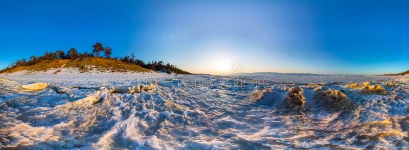 360雪在Olkhon岸的日出波浪全景  台面呢 库存图片