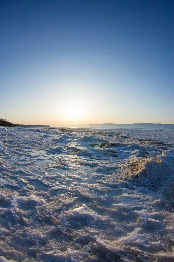 雪在Olkhon岸的日出波浪  台面呢 免版税库存图片