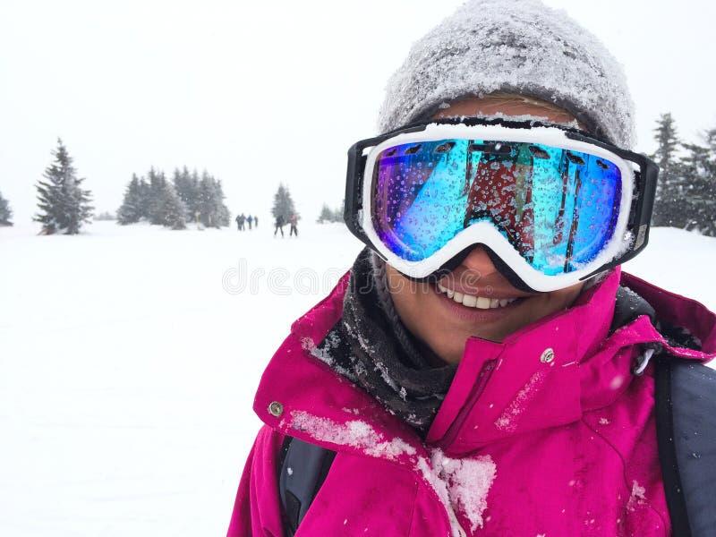 滑雪地形关闭的女性滑雪者 免版税库存照片