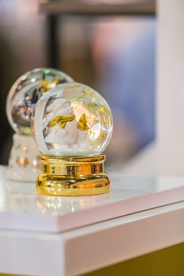 雪地球圣诞节纪念品,圣诞节装饰,玻璃雪球,雪地球 库存照片
