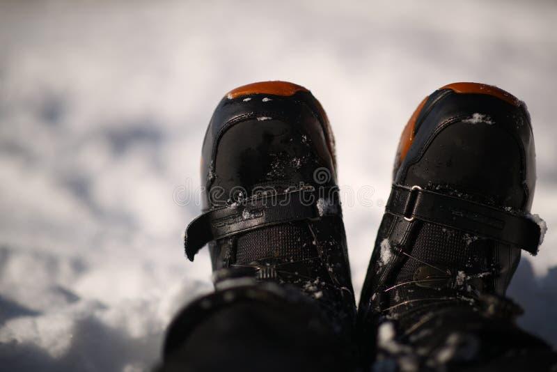 雪地靴关闭 射击在白雪背景的雪 库存图片