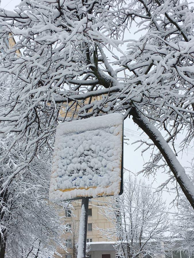 雪完全地掩藏的路标行人交叉路 在暴雪的公路安全 免版税库存图片