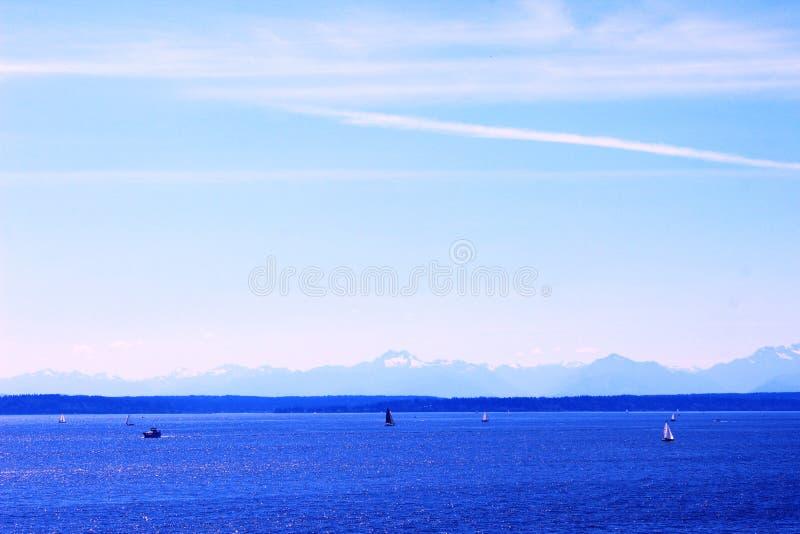 雪山和海洋 免版税库存照片