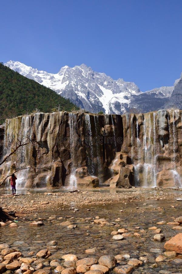 雪山和瀑布 库存照片