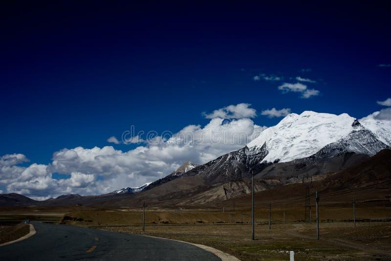 雪山和路 免版税库存照片