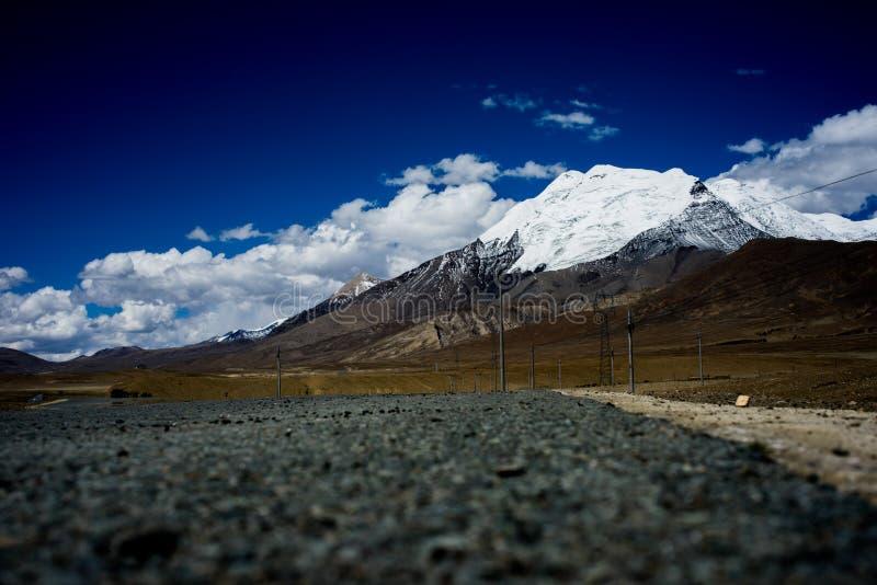 雪山和路 免版税图库摄影