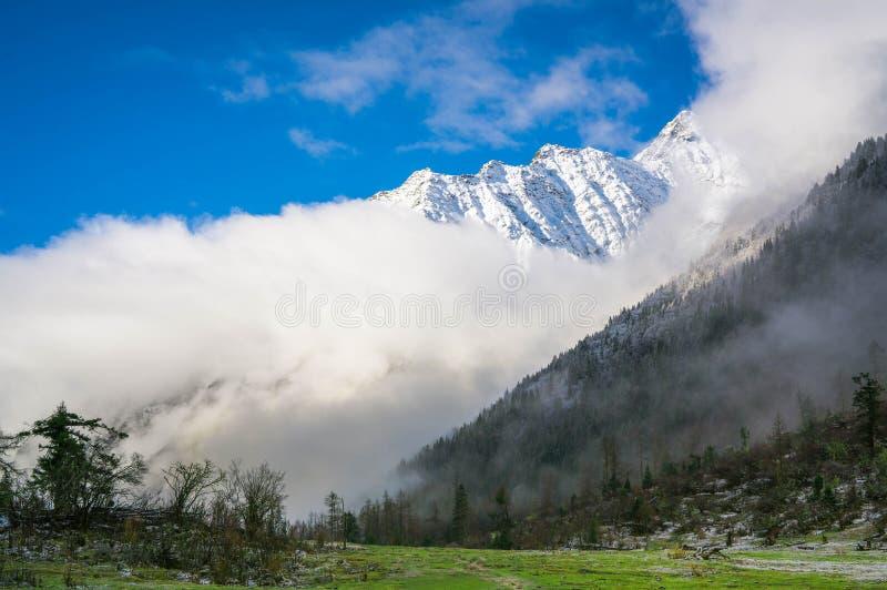 雪山在多云天 图库摄影