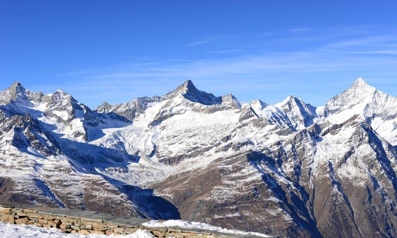 雪山看法在从gornergrat, Swi的一个清楚的晴天 库存照片