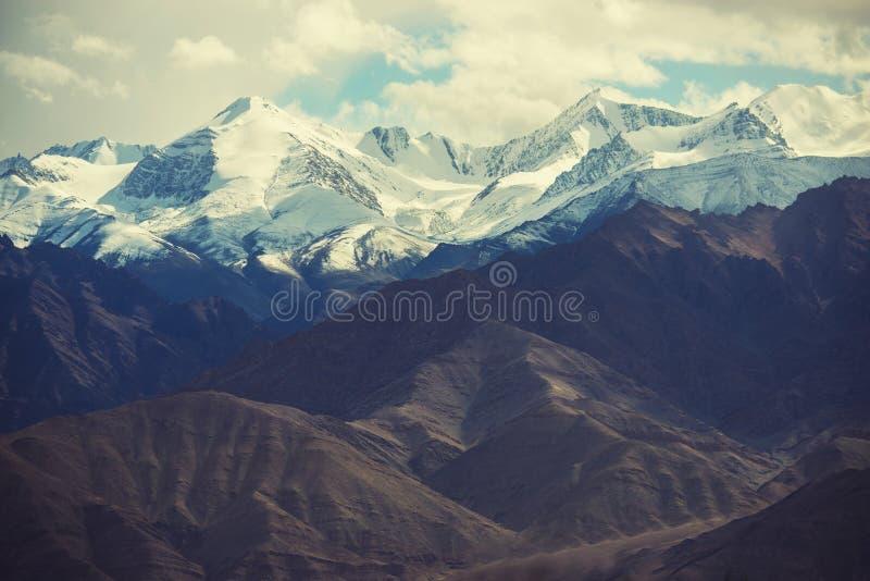 Download 雪山从Leh市,拉达克,印度的mange作为风景看法  过滤器:十字架被处理的葡萄酒口气 库存照片 - 图片 包括有 背包, 补白: 59108702