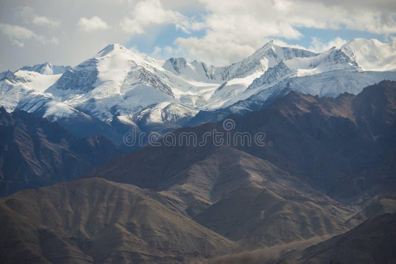 Download 雪山从Leh市,拉达克,印度的mange作为风景看法  过滤器:十字架被处理的葡萄酒口气 库存照片 - 图片 包括有 喜马拉雅, 室外: 59108722