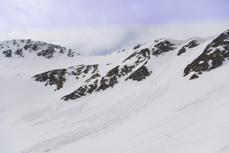 雪崩喀尔巴阡山脉的山春天 免版税库存照片