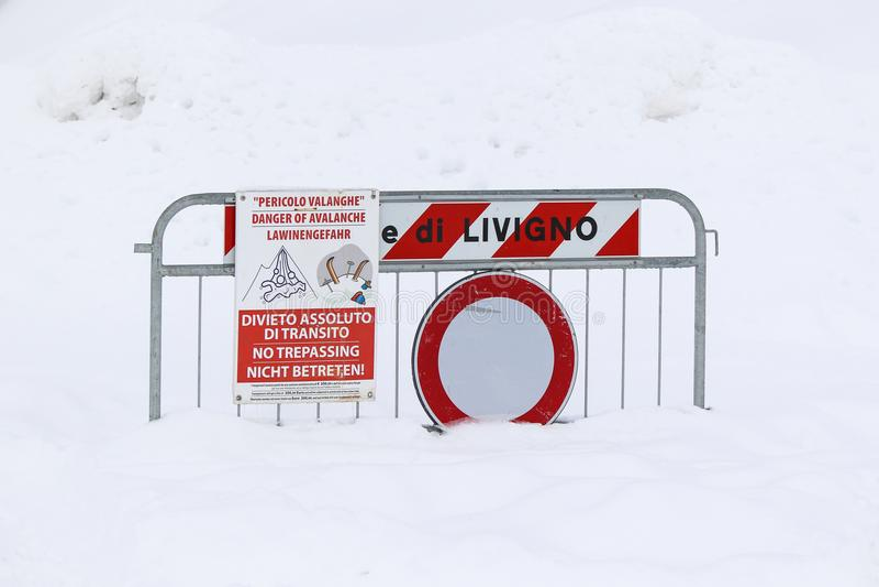 雪崩的危险签到雪 免版税库存照片