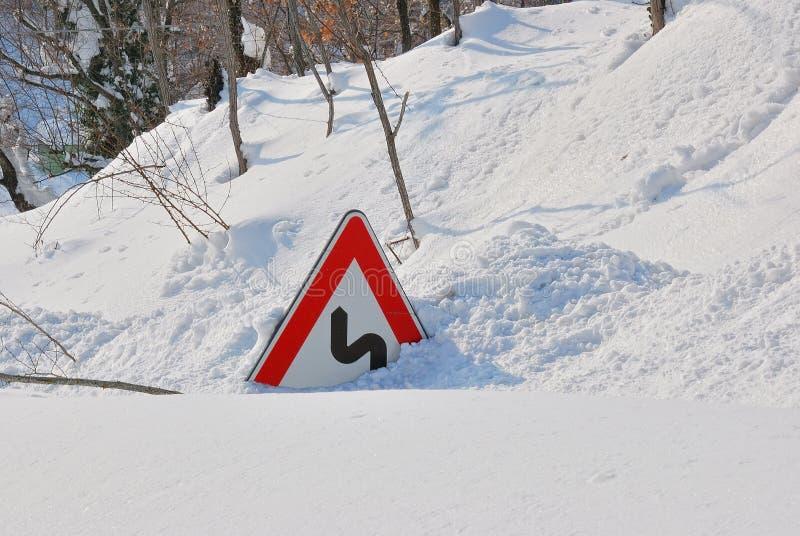 雪报道的路标 免版税库存照片