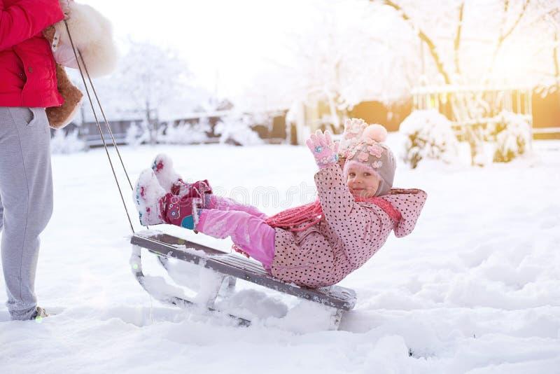 雪撬的一个小孩子 免版税库存图片
