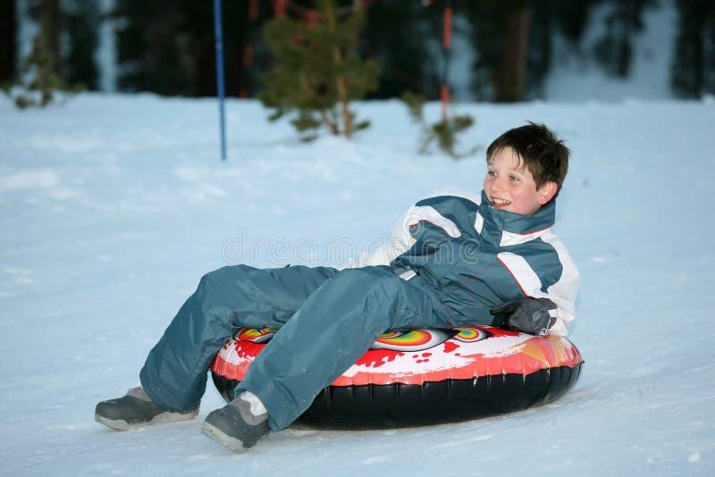 雪撬的青少年的男孩 免版税库存照片