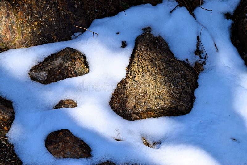 雪晶石在光影下的自然背景与纹理 库存照片