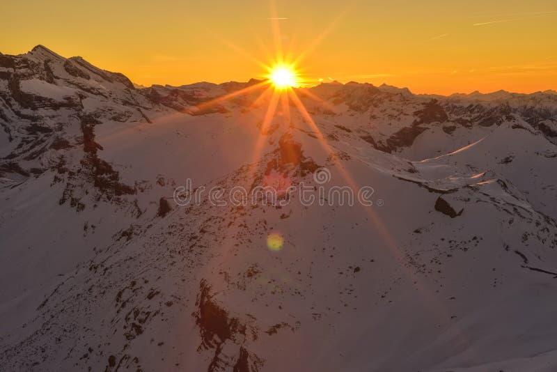 从雪朗峰360°餐馆Piz格洛里亚的日落视图 库存照片