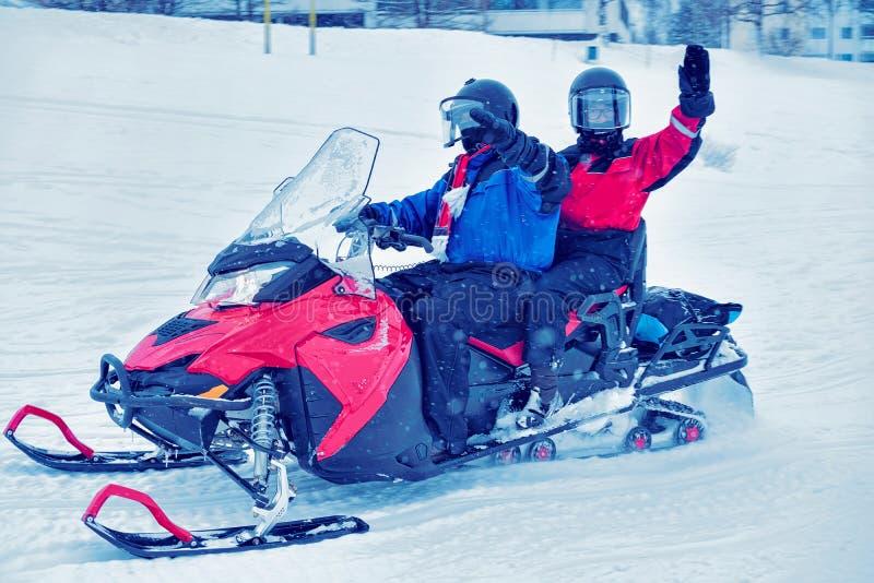 雪机动性的人们在冬天芬兰 图库摄影