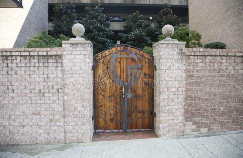 雪松木头和砖门  免版税库存照片