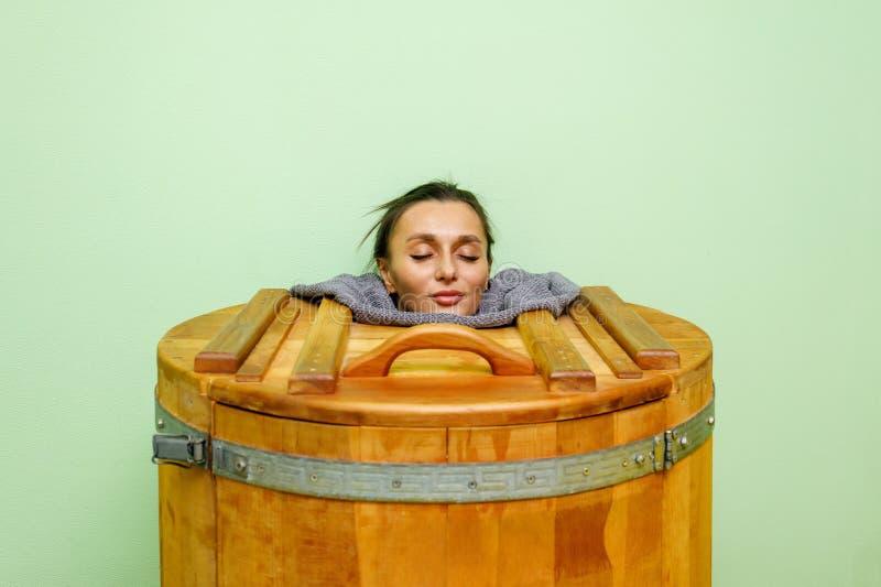雪松温泉桶身体回复的妇女和放松蒸汽浴 免版税库存照片