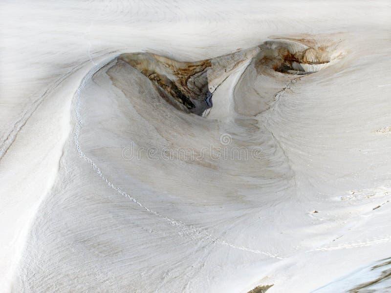 雪沙丘在高山背景中 库存图片