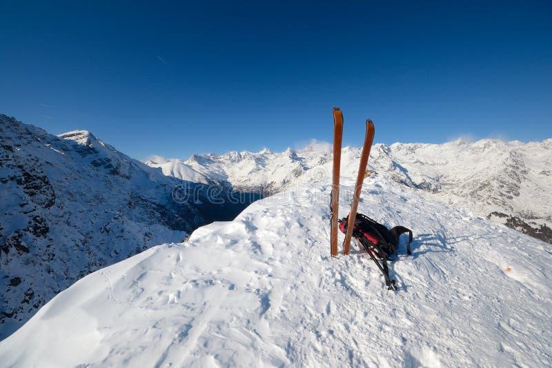 滑雪游览设备和雪崩安全工具 免版税库存图片