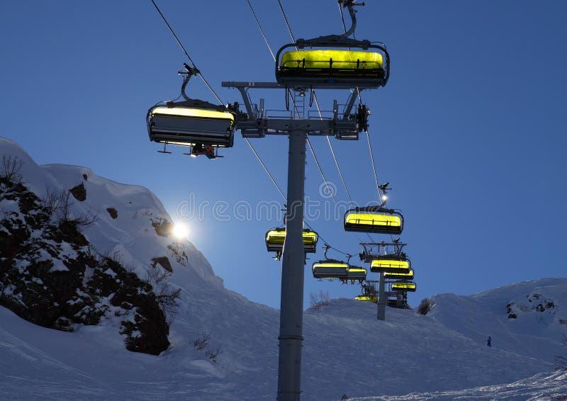 Download 滑雪电缆车由后照与明亮的太阳 库存图片. 图片 包括有 手段, 岩石, 高加索, 季节, 冰冷, 蓝色, 结算 - 72367439