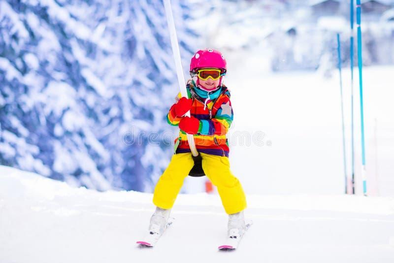 滑雪电缆车的孩子 库存图片