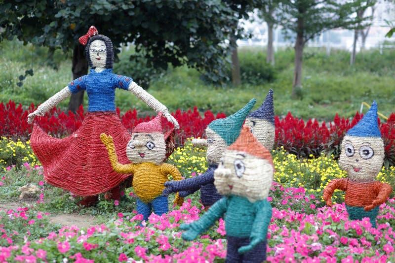 雪白和矮人雕塑用秸杆,多孔黏土rgb做了 库存照片
